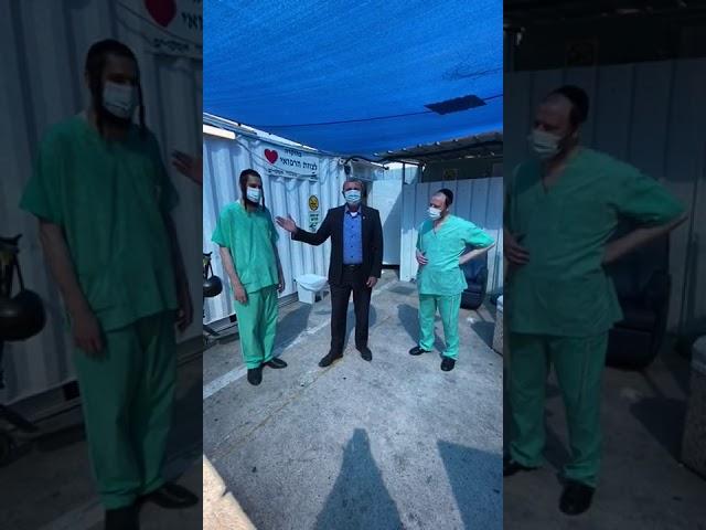 השר ביקר במחלקת הקורונה והתרגש מהמתנדבים החרדים • צפו