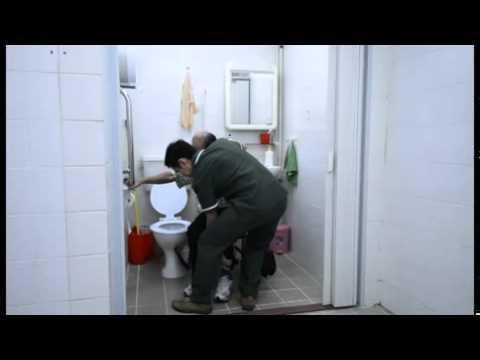 影片: 協助坐輪椅的長者如廁