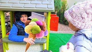 Алиса и папа играют в магазин мороженого для детей !