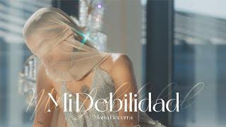 Kadr z teledysku Mi Debilidad tekst piosenki María Becerra