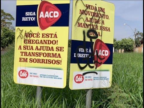 Placas que indicam o caminho para a AACD de Rio Preto amanheceram pichadas
