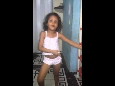 criança dançando a metralhadora