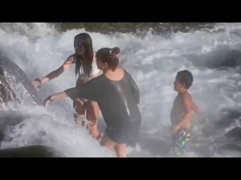 富田の川で水遊び