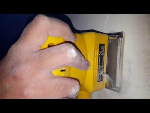 Lijando  yeso con lijadora manual
