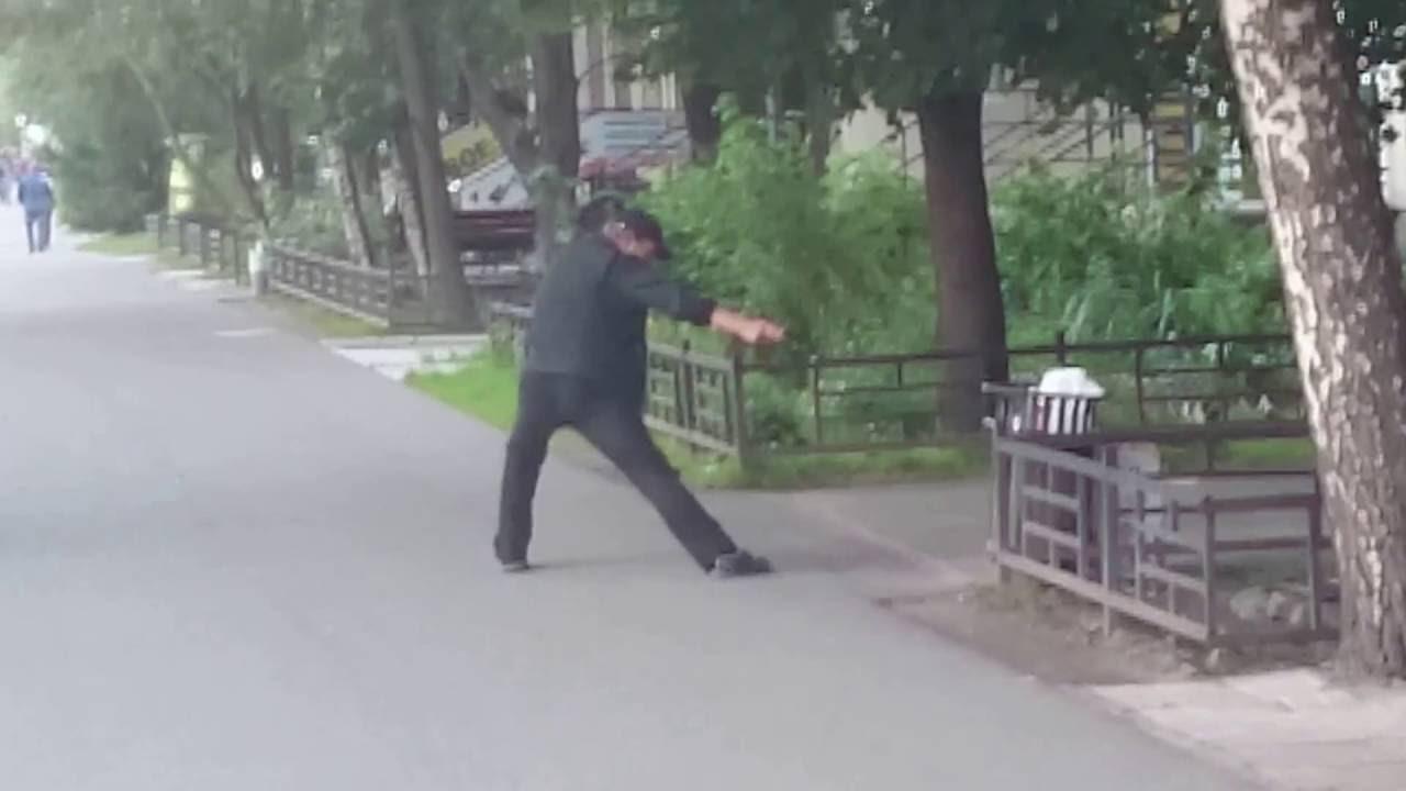 """Мужчина во время приступа """"белой горячки"""" устроил разборки с мусоркой"""