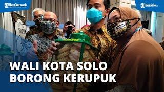 Wali Kota Solo Gibran Rakabuming Borong Kerupuk saat Datang ke Festival di Solo: Semua Suka Kerupuk