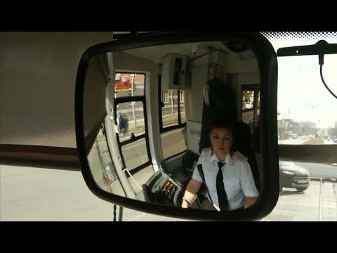 العرب اليوم - شاهد: سائقة الترام في قازان الروسية تأسر الركّاب بصوتها العذب
