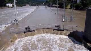 preview picture of video 'Hochwasser - Heidelberg - Neckar - 02. Juni 2013 - Staustufe Karlstor'