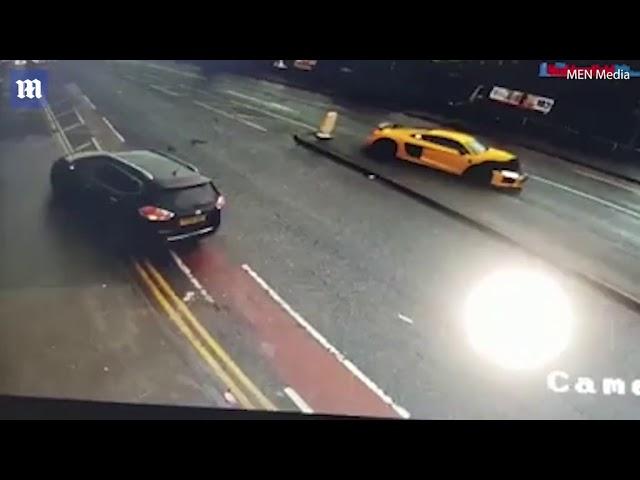 سيارة أودي فارهة تصدم أخرى متوقفة على الطريق وترفعها لأعلى