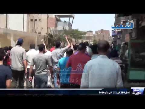 أفراد وحدة عسكرية يتابعون مسيرة المطرية