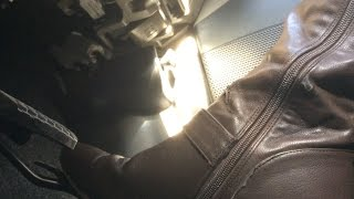 Japanese girls driving in heel brown long boots pedal pumping ブーツで運転 Shooting close to pedal