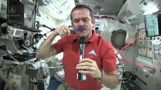 Come lavarsi i denti nello spazio