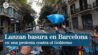 Lanzan basura contra el Gobierno en los alrededores de la Delegación en Barcelona
