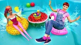 Маша Капуки и куклы Барби в бассейне - Видео для девочек.