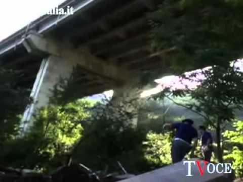 Irpinia, 39 morti e 10 feriti nella strage del bus (Italian bus falls off highway: 39 dead)