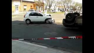 preview picture of video 'Choque y vuelco en Trenque Lauquen 1 de 2'