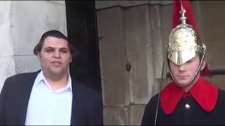 Funny guy makes Royal Guard Laugh at Buckingham Palace - Video Youtube