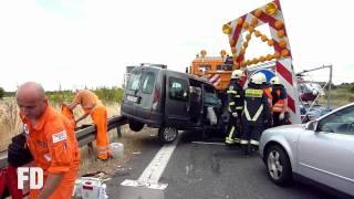 preview picture of video 'PKW frontal auf Schilderwagen - A13 Schönefelder Kreuz - 13.07.2010'