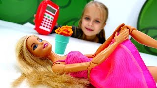 Видео для девочек  - Барби и Тереза поссорились - Игры в куклы