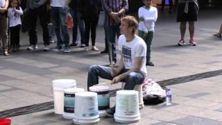 Парень отжигает на ведрах-барабанах в центре Сиднея