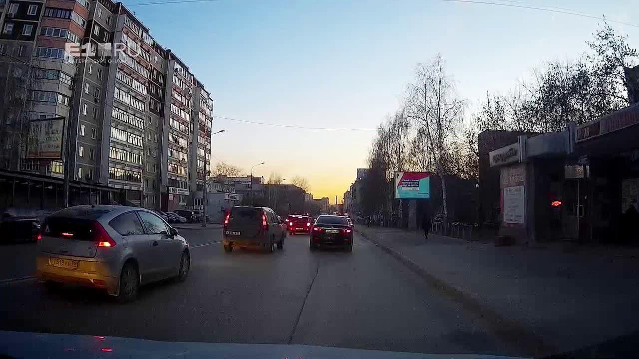 В Екатеринбурге Honda CRV мчалась по тротуару и сбила пешеходов