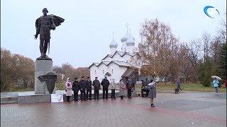 На набережной Александра Невского прошла акция памяти «Летят журавли»