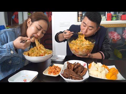 """【超小厨】下雨嘴馋,拌4斤""""凉皮"""",大蒜辣椒不能少,配1斤干锅卤味,安逸!"""