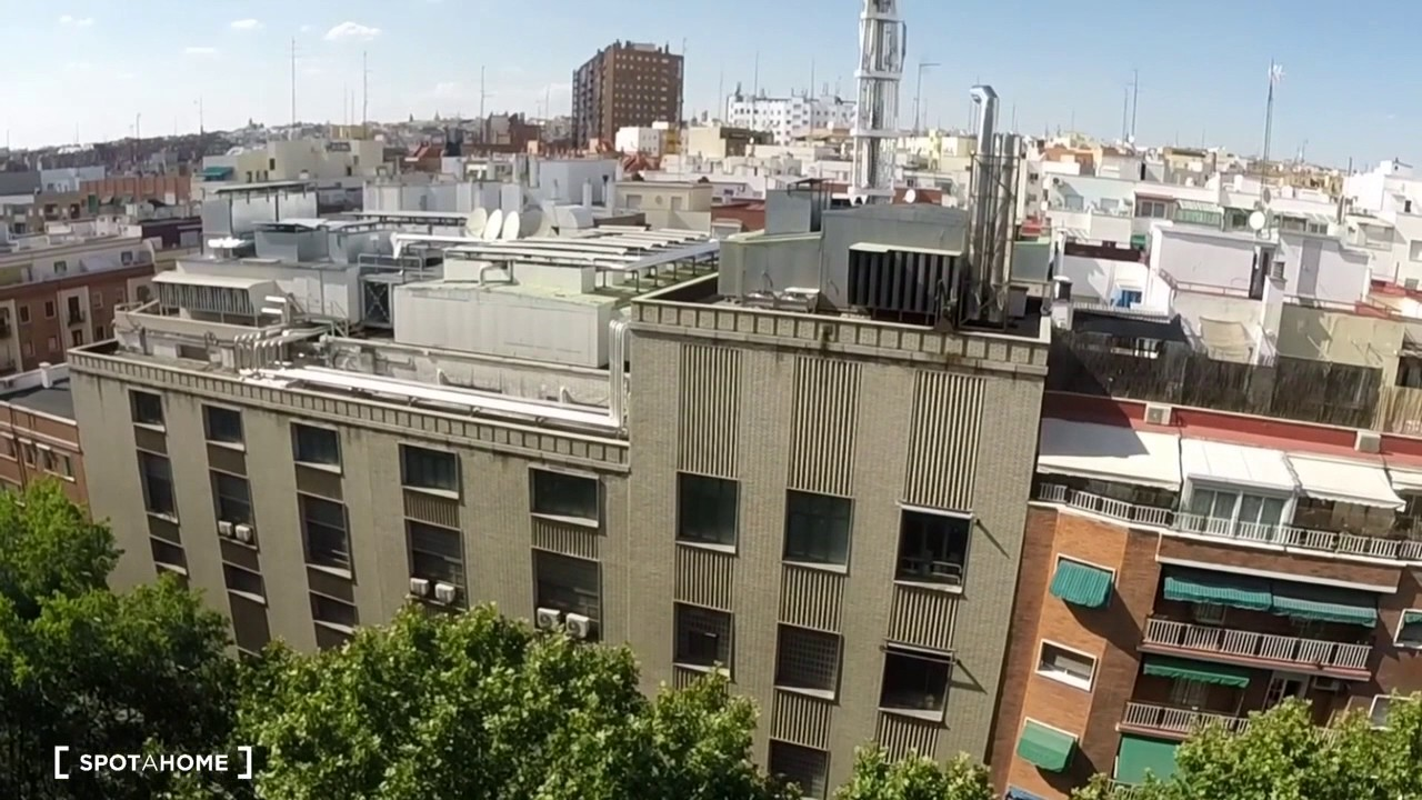 Rooms for rent in 3-bedroom apartment with balcony in Delicias
