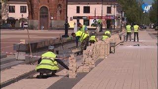 В Старой Руссе подрядчики перекладывают клинкерную плитку на Соборной площади