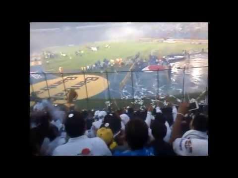 """""""Cremas vs rojos desde la VLTRA SVR - Comunicaciones HexaCampeon 2015"""" Barra: Vltra Svr • Club: Comunicaciones"""