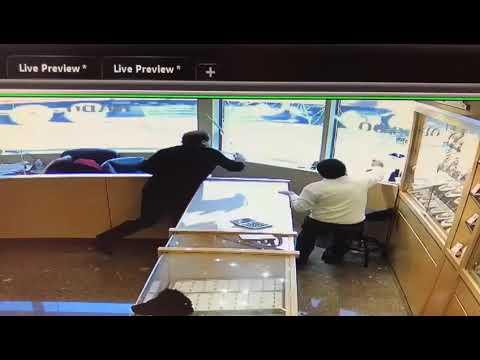 Продавцы с саблями против грабителей в Канаде