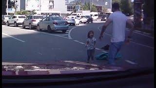 На женщину, из автомобиля которой выпали дети, составили протокол
