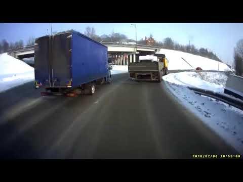Выпавший с бортового прицепа груз зацепил грузовик