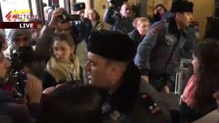 Ոստիկանները բռնի ուժով դուրս բերեցին ակտիվիստներին