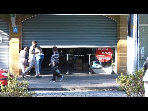Bandeira vermelha em Friburgo: maioria das lojas ficou fechada e muita gente nas ruas