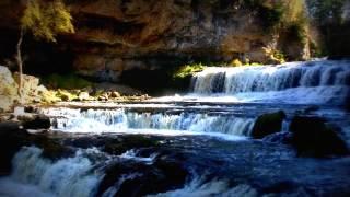 Смотреть онлайн Беспрерывный водопад со звуком и без музыки