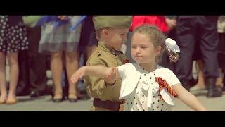 Смотреть онлайн Школьники организовали флешмоб в честь Дня Победы