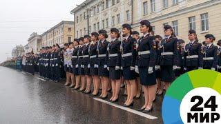 Подготовка к параду Победы: зачем курсанткам нашатырь и изолента - МИР 24