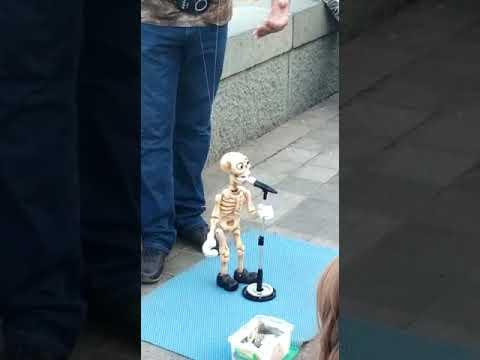 Скелет поёт и танцует