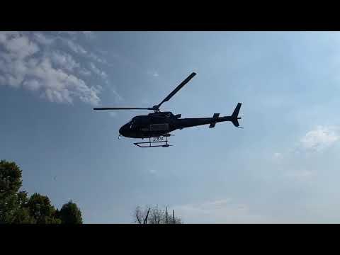 Elicottero in azione sul lungolago di Angera