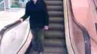 Nick auf der Rolltreppe