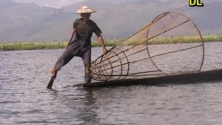 preview picture of video 'Burma / Myanmar - Inle Lake - leg rowing fishermen'