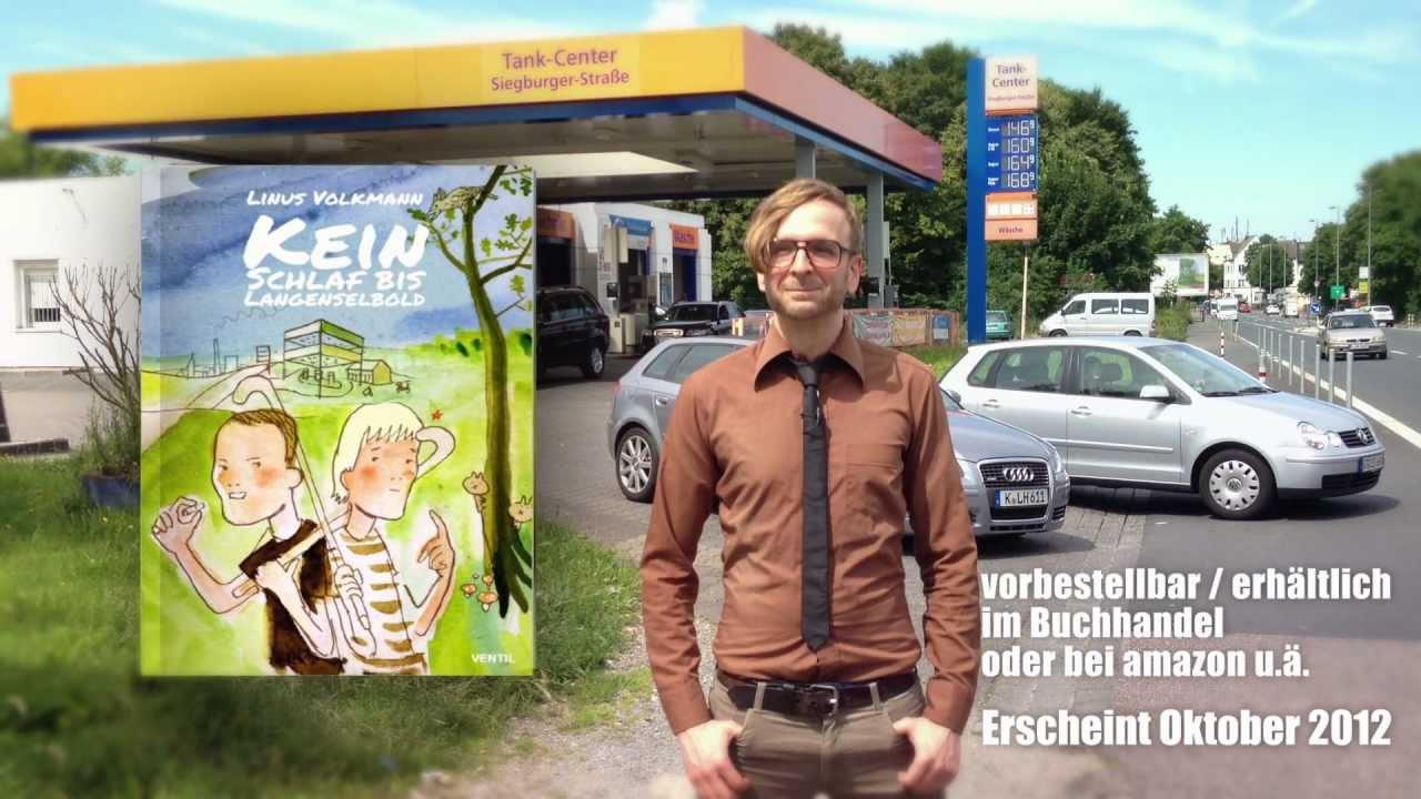 Standbild aus Werbefilm: Linus Volkmann vor Tankstelle