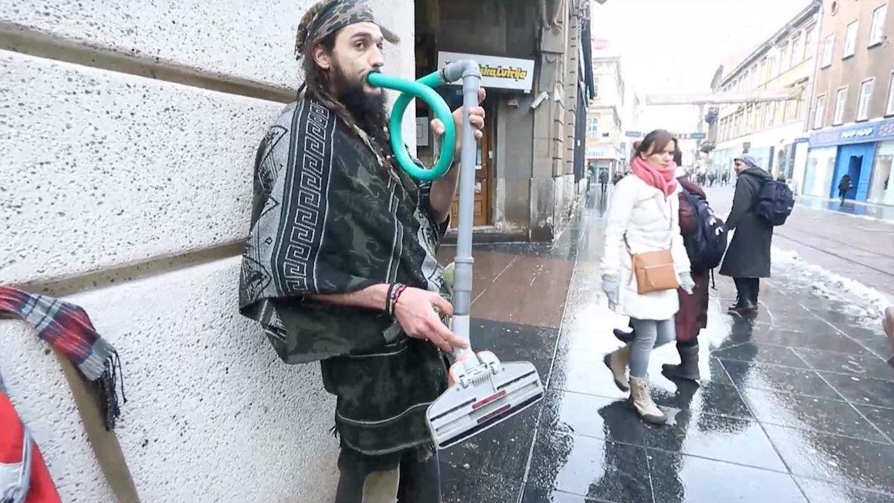 Странный уличный музыкант сыграл на... пылесосе!