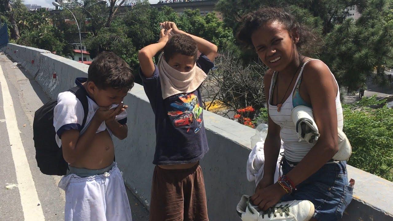 Niños en condiciones de calle van a las marchas para pedir alimentos