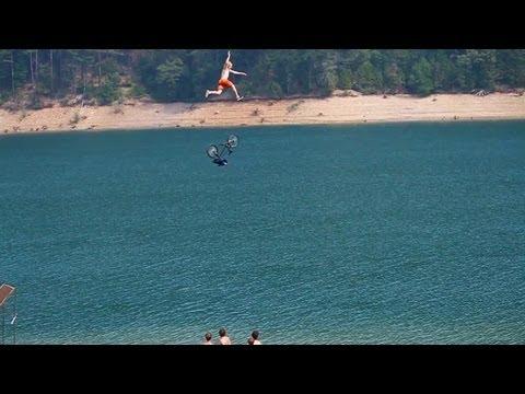 Espectacular salto en bici a un lago en primera persona