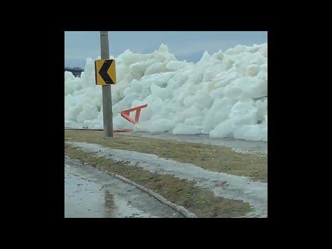 العرب اليوم - شاهد: الرياح العاتية تشكل جدار جليد على طريق في كندا