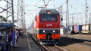 ЭП2К-019 со скорым поездом Новосибирск - Минск прибывает на станцию Балезино