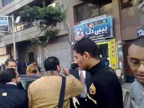 بالفيديو..مؤيدو العسكري يحطمون نعشاً رمزياً للشهداء