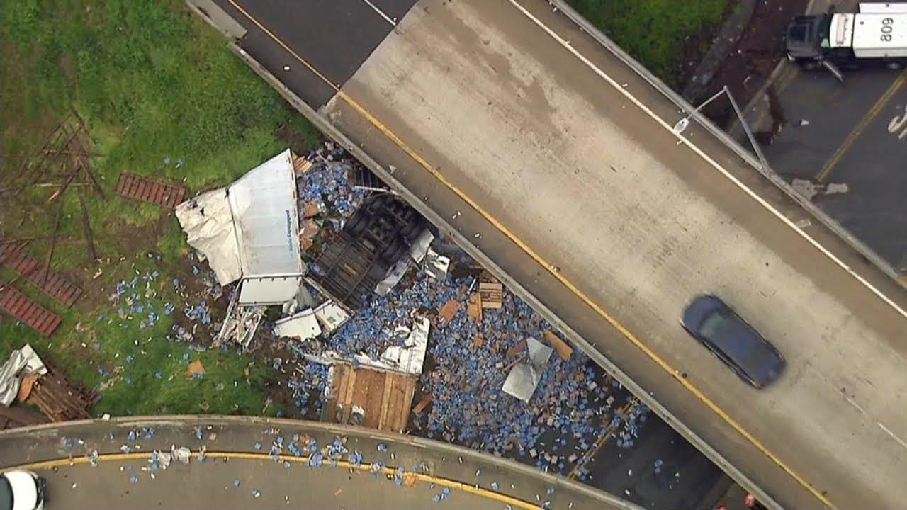 Сотни банок с пивом оказались на трассе